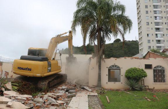 Nova demolição sinaliza início das obras de ampliação da capacidade viária em Itajaí