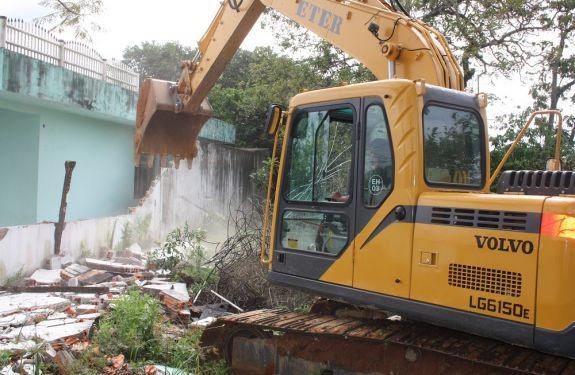 Obra da Via Portuária é retomada com demolição de casa no Cordeiros
