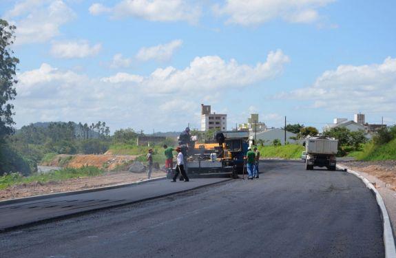 Obras pavimenta primeiro trecho da avenida Beira Rio em Brusque