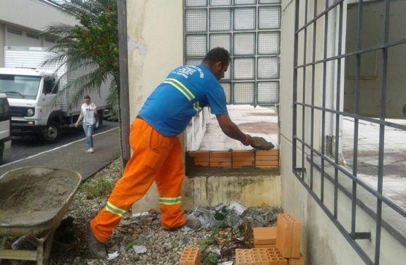 Obras realiza limpeza no prédio do antigo Correios em Itajaí