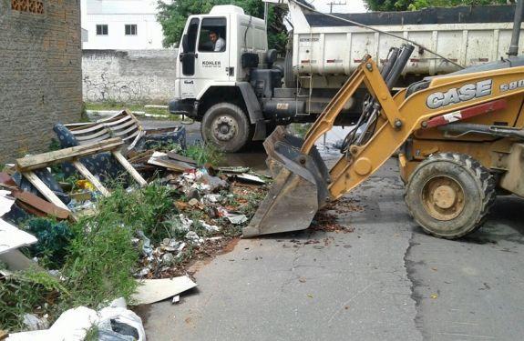 Obras recolhe 18 caminhões de entulho em bairro de Itajaí