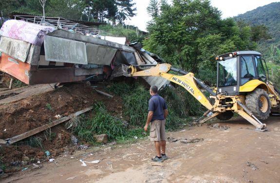 Ocupações irregulares são demolidas em Balneário Camboriú