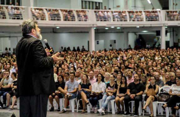 Oito mil pessoas participam da palestra com Mário S. Cortella