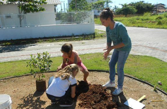 Piçarras realiza ação de arborização na Praça da Harmonia