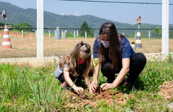 Plantando o futuro em comunidade: colaboradores e suas famílias participam do primeiro plantio coletivo Riqueza Compartilhada