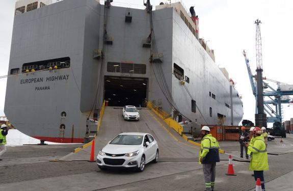 Porto de Itajaí recebe terceiro teste de desembarque de veículos importados.