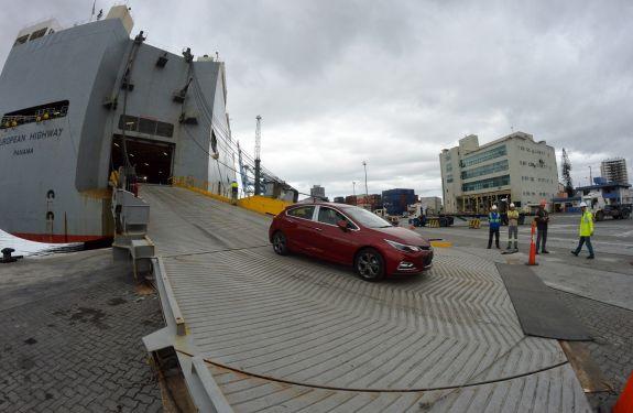 Porto de Itajaí ultrapassa desembarque de 10 mil veículos importados