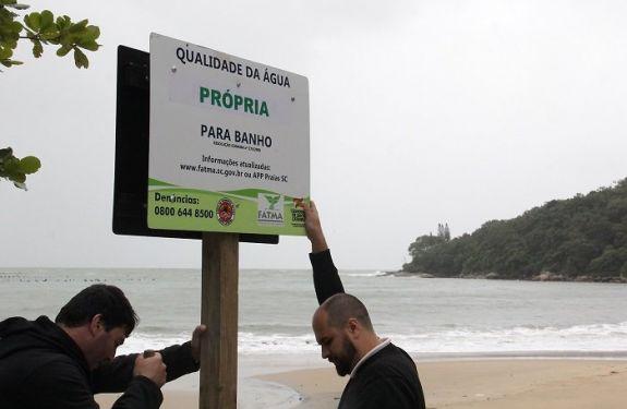 Praia de Laranjeiras recebe placa de própria para banho