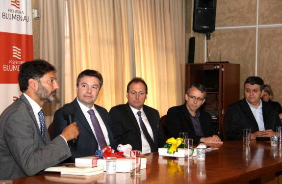 Prefeito de Blumenau se reúne com Embaixador britânico