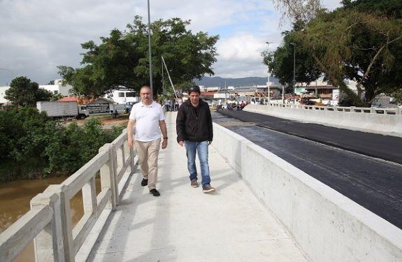 Prefeito de Itajaí inspeciona acabamentos na obra da Ponte Tancredo Neves