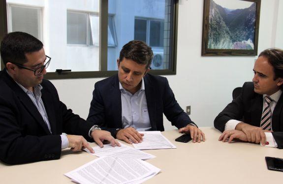 Prefeito Fabrício Oliveira recebe a LAP para reestruturação da faixa de areia