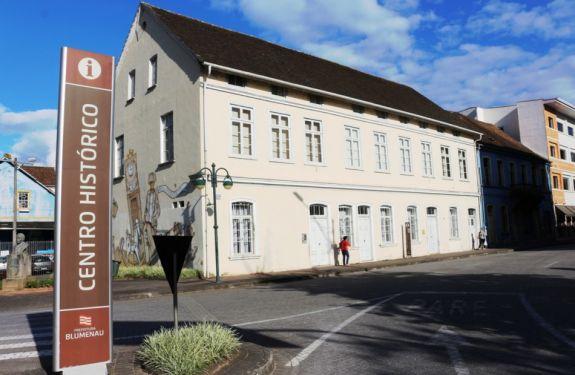 Prefeito sanciona duas novas leis para a área cultural de Blumenau