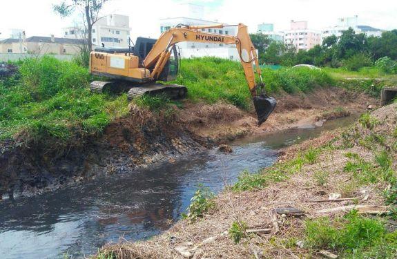 Prefeitura de Camboriú realiza limpeza de canais de drenagem no bairro Santa Regina