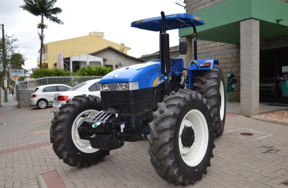 Prefeitura de Camboriú recebe trator agrícola
