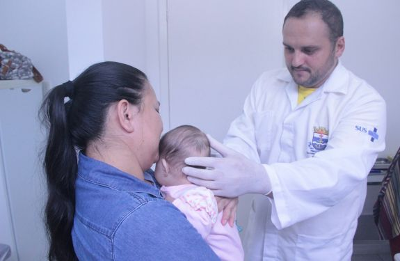 Crianças recebem medicamento bronquiolites e pneumonias