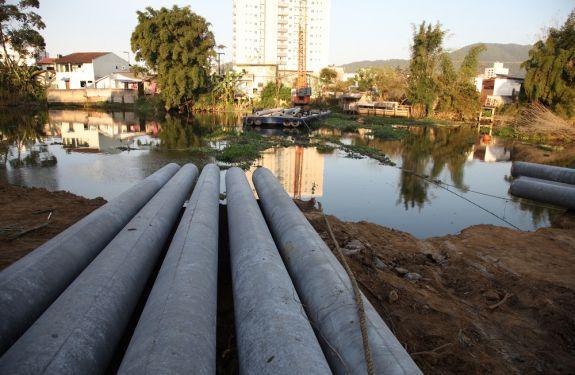 Primeiras estacas de nova ponte são colocadas no rio Itajaí-Mirim