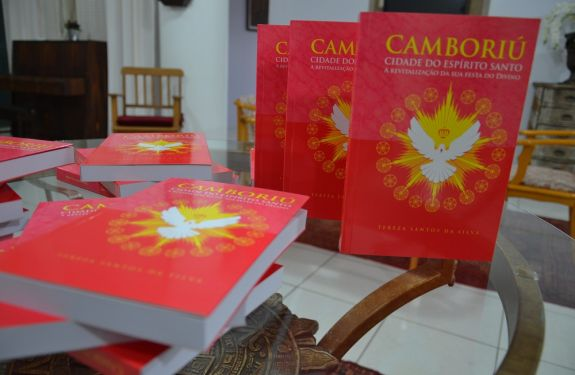 Professora de Camboriú lança livro sobre história da Festa do Divino na cidade