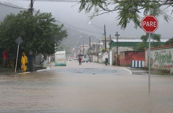 Rio das Ostras começou a transbordar e rios Peroba e Camboriú estão em estado de alerta