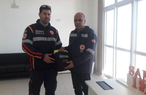 Samu de Camboriú recebe desfibrilador externo automático