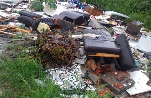 Secretaria de Obras de Itajaí retira quase 20 caminhões de lixo da Via Expressa Portuária