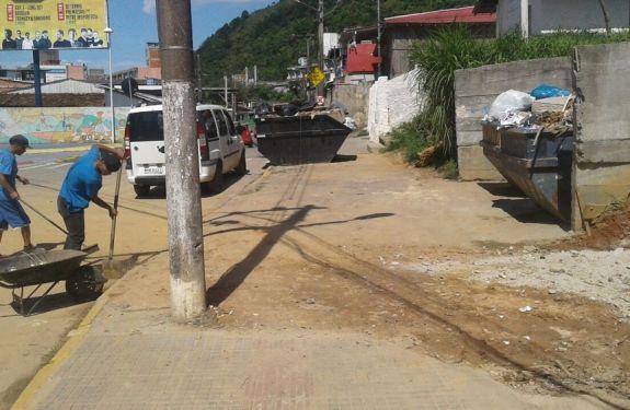 Secretaria de Obras recolhe lixo espalhado em bairro de Itajaí