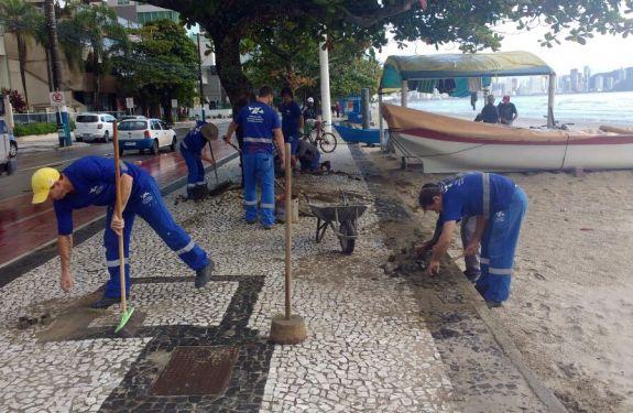 Segue mutirão de manutenção da calçada da Praia Central