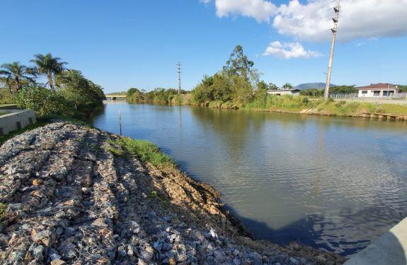 Semasa analisa nível do Rio Itajaí-Mirim e pede uso racional de água em Itajaí