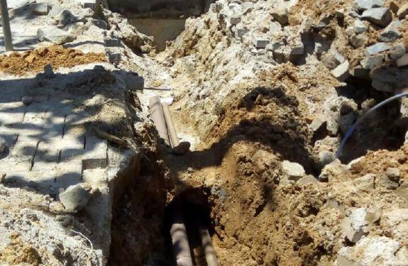 Semasa realiza ampliação das redes de esgoto e de água na praia Brava