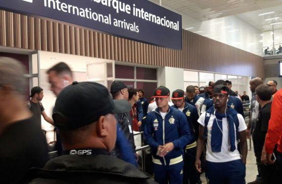 Sob protesto e em silêncio, Fla volta ao Rio após derrota