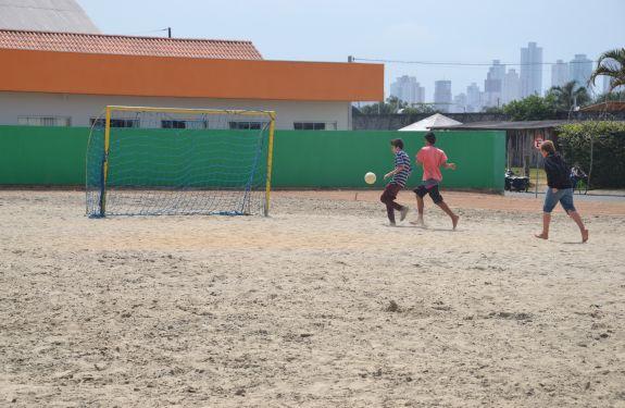Terreno sem uso vira campo de futebol de areia em Camboriú