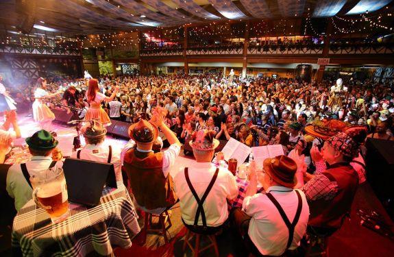 Última terça-feira da 34ª Oktoberfest tem recorde de público