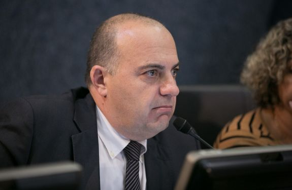 Fabrício Marinho questiona doação de televisores ao presídio