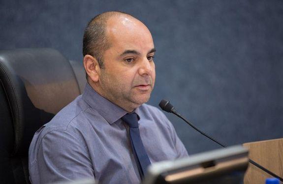Vereador Murilo Pereira (PP) questiona repasse de estacionamento rotativo