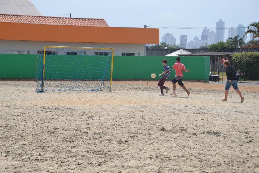 Esse foi o norte utilizado para a transformação de um terreno sem  utilização no Centro de Camboriú em um campo de futebol de areia para uso  ... e56e6b1138a3d