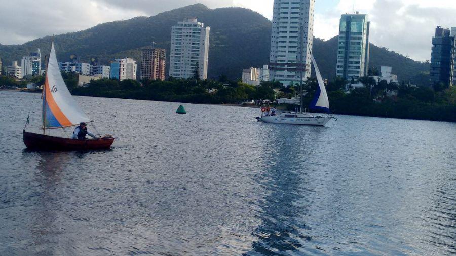 2ca4113b3119d Incentivar a prática do esporte náutico, proporcionar conhecimentos de  navegação e técnicas de manuseio de veleiro. Esses são alguns dos objetivos  do ...