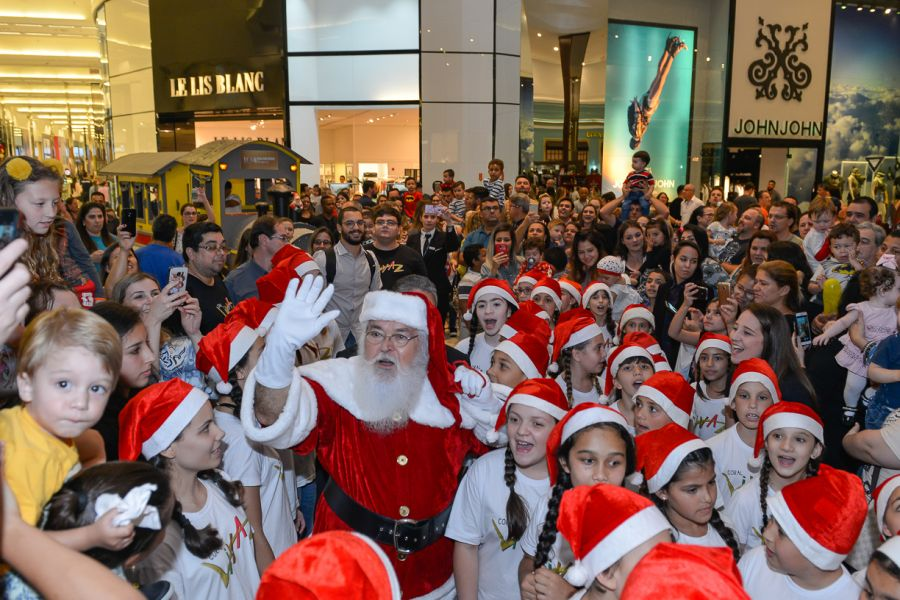 Uma apresentação especial dos duendes de Natal antecedeu a chegada do  personagem mais esperado do final do ano no Balneário Shopping. 771d57b3c4